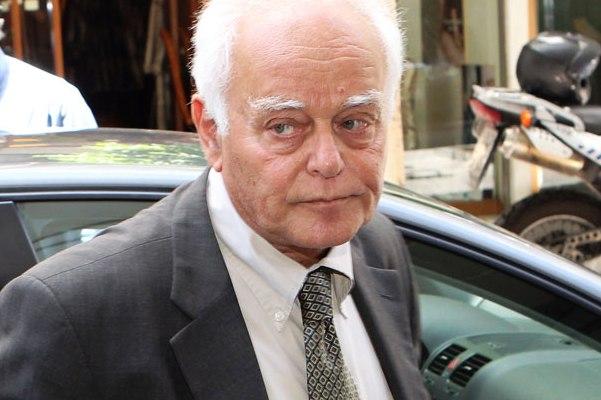 Ποια σύζυγο τ. υπουργού γλίτωσε από τη διαθεσιμότητα ο Α. Μανιτάκης;