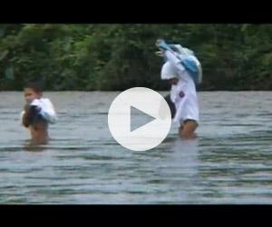 Ινδονησία: Παιδιά διασχίζουν ποτάμι για να πάνε σχολείο