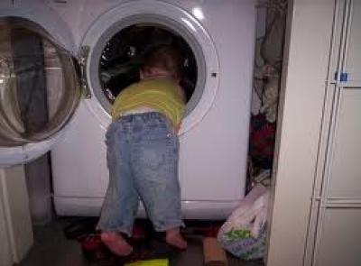 Τρίχρονη σφηνώθηκε σε πλυντήριο