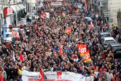 Γαλλία: Χιλιάδες διαδηλωτές κατά των απολύσεων