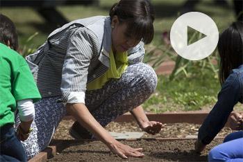 Η Μισέλ Ομπάμα φύτεψε λαχανικά στον κήπο του Λευκού Οίκου