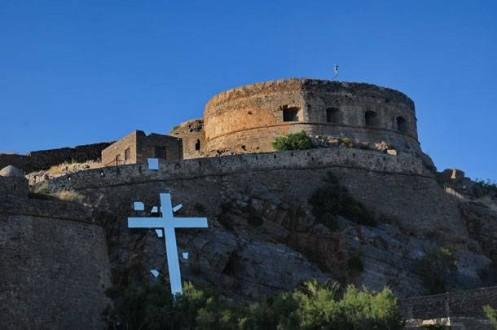 Κατεβαίνει ο «εκρηγυνόμενος σταυρός» του Τσόκλη από τη Σπιναλόγκα