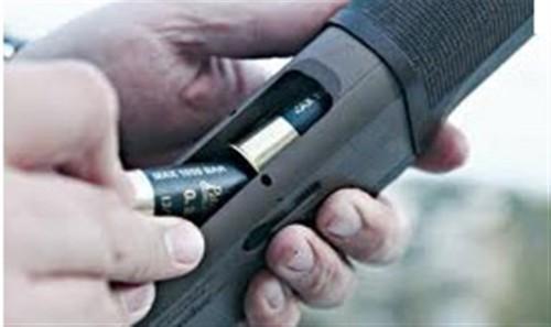 Παραδόθηκε ο άνδρας που πυροβολούσε στον αέρα στην Πεύκη