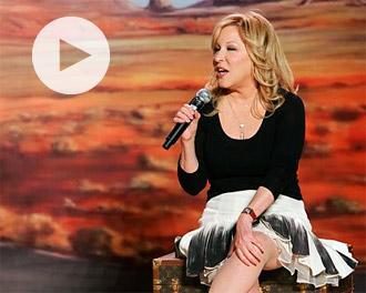 Η Μπέτι Μίντλερ τραγουδά στη μελλοθάνατη θαυμάστριά της