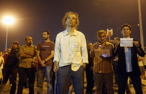Όρθιος στην πλατεία Ταξίμ
