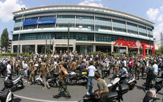 Συγκέντρωση δημοτικών αστυνομικών έξω από τα γραφεία της ΝΔ