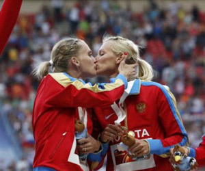 «Χρυσό» φιλί μεταξύ των δύο πρωταθλητριών στα 4x400 μέτρα