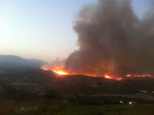 Μαίνεται ανεξέλεγκτη φωτιά στη Λιβαδειά