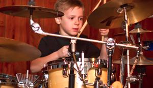 Τα «σπάει» 6χρονος ντράμερ! (Βίντεο)