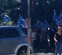 Ένα φορτηγό σημαίες, αλλά ποιος να τις κρατήσει