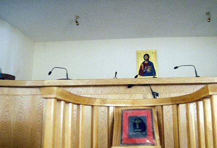 Δεν ξεκρεμάνε τις θρησκευτικές εικόνες από τα δικαστήρια
