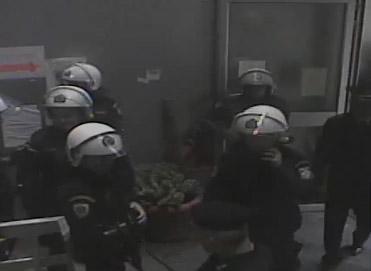 Η στιγμή της εισβολής των ΜΑΤ στο ραδιομέγαρο της ΕΡΤ
