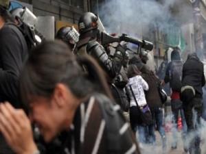 Με δακρυγόνα και αντλίες νερού «χτύπησε» διαδήλωση