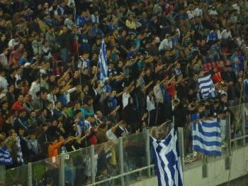 Οπαδοί της Εθνικής Ελλάδας χαιρετούν ναζιστικά!