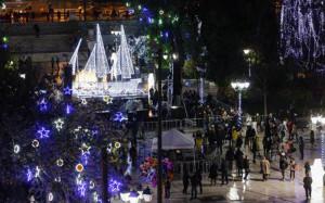 Λούστηκε στο φως το χριστουγεννιάτικο καράβι στο Σύνταγμα