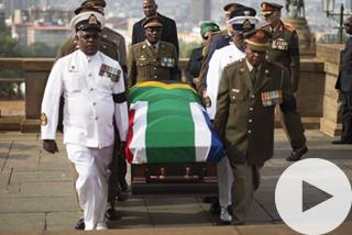 Σε λαϊκό προσκύνημα η σoρός του Μαντέλα