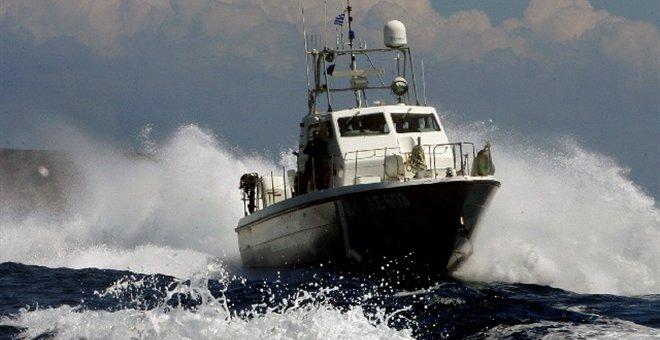 Σκάφος με δεκάδες μετανάστες ρυμουλκείται σε ελληνικό λιμάνι