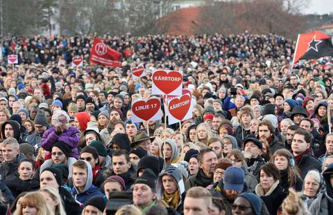 Ογκώδης αντιρατσιστική διαδήλωση στη Σουηδία