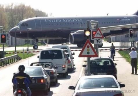 Αναγκαστική προσγείωση αεροπλάνου σε αυτοκινητόδρομο