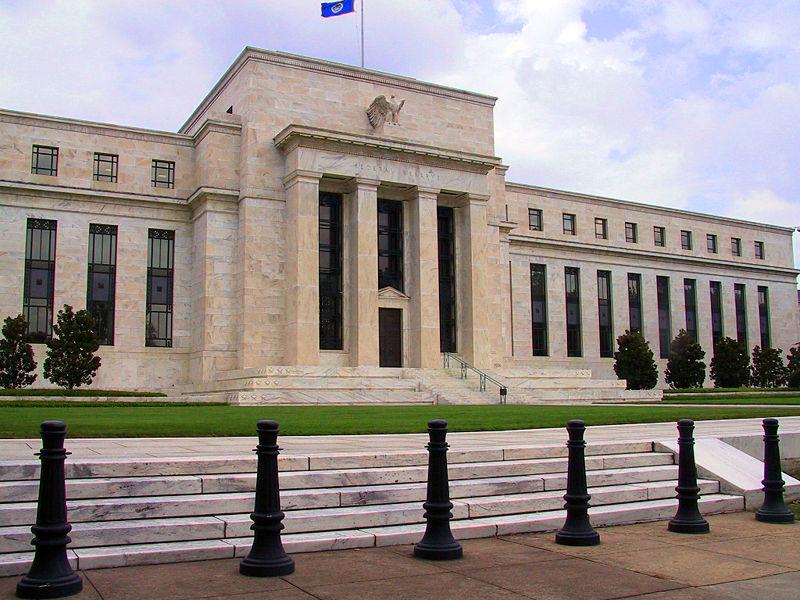 Η Fed διατηρεί αμετάβλητα τα επιτόκιά της