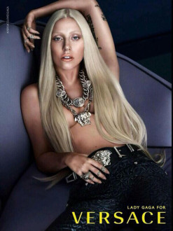 fd926d9241 Η Lady Gaga γδύνεται για τον οίκο Versace