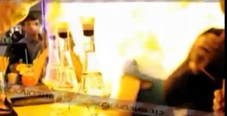 Μπάρμαν βάζει φωτιά σε κοπέλα (Βίντεο)