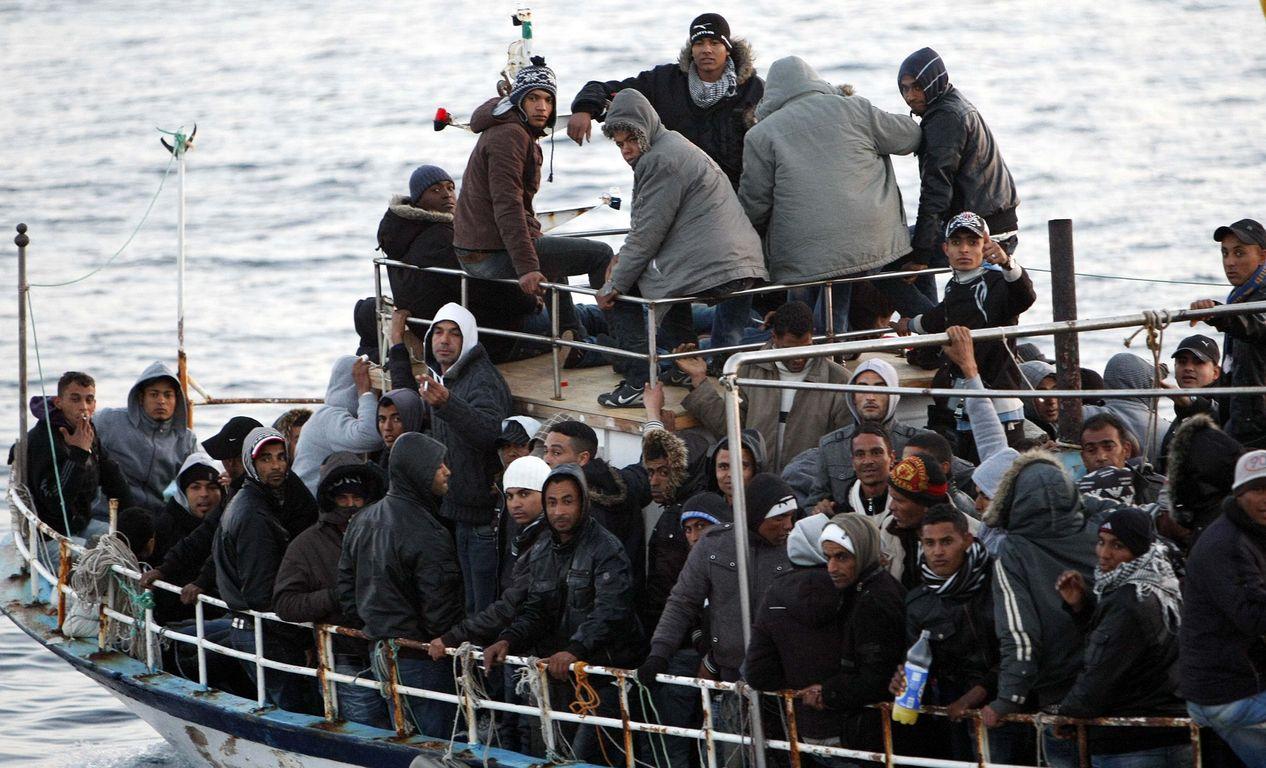 Κύματα παράνομων μεταναστών στη Μεσόγειο
