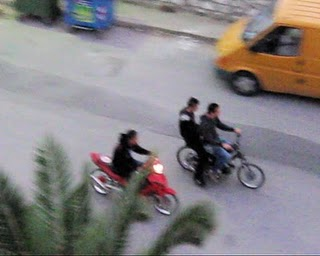 Νεαροί έκαναν κόντρες με μοτοσικλέτες στη Λ. Βουλιαγμένης