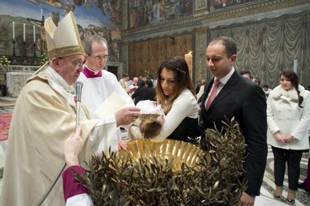 Ο Πάπας βάπτισε μωρό εκτός θρησκευτικού γάμου
