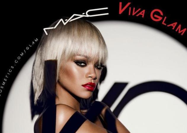 Η Rihanna topless για χάρη της MAC