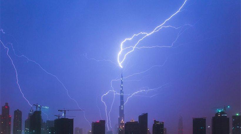 Κεραυνός χτυπάει το ψηλότερο κτίριο του κόσμου