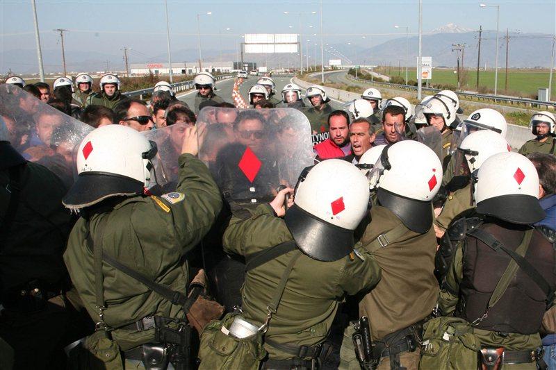 Σύγκρουση αγροτών με τα ΜΑΤ στην Αλεξανδρούπολη