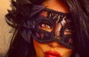Αναγνωρίζετε την κούκλα τραγουδίστρια πίσω από τη μάσκα;