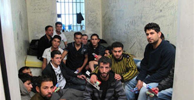 Μεσαιωνικές συνθήκες κράτησης αλλοδαπών στα ΑΤ της Αθήνας