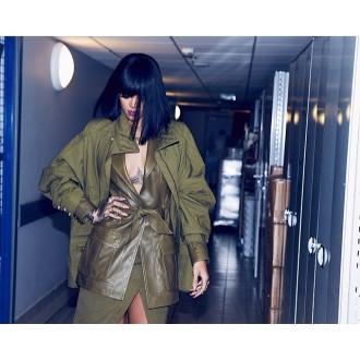 Η Rihanna χωρίς σουτιέν σε επίδειξη μόδας (Photos)
