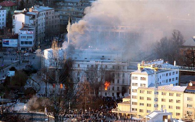 Διαδηλωτές πυρπόλησαν το προεδρικό μέγαρο στο Σαράγεβο