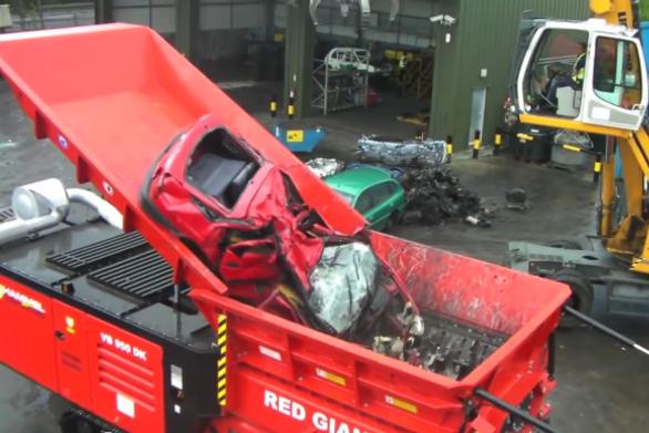 Μηχανή «μασάει» αυτοκίνητα (βίντεο)