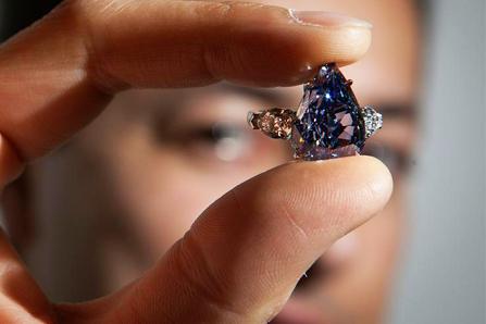 Δημοπρατήθηκε μπλε διαμάντι στην τιμή των 23 2e9ddd548f3