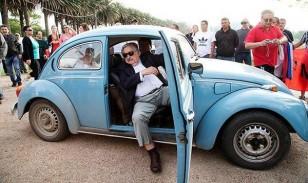 """Ο σημερινός πρόεδρος της Ουρουγάης, ο """"πρόεδρος των φτωχών"""", Χοσέ Μουχίκα, προσέρχεται να ψηφίσει στις εκλογές για τον διάδοχό του."""