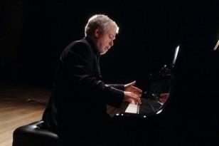 normal_Nelson_Freire_ao_piano_cor