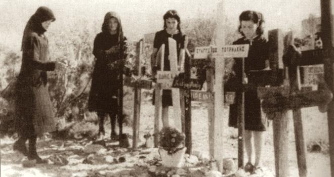 Χαροκαμένες μάνες και αδελφές θρηνούν τα θύματα των Γερμανών