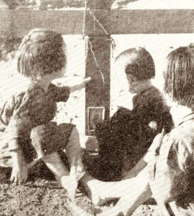 Τρία ορφανά παιδιά από μάνα και πατέρα πάνω από τον τάφο των γονιών τους