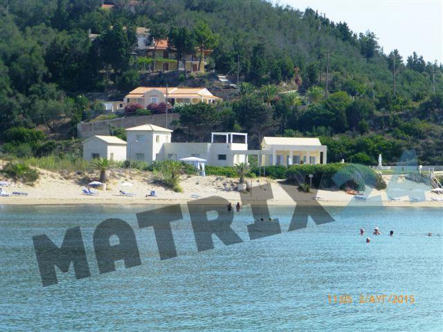 Γενική άποψη της περιοχής με τα κρυστάλλινα νερά που βρίσκεται το ξενοδοχείο. Δεξιά στο λόφο διακρίνεται ο ανεμόμυλος