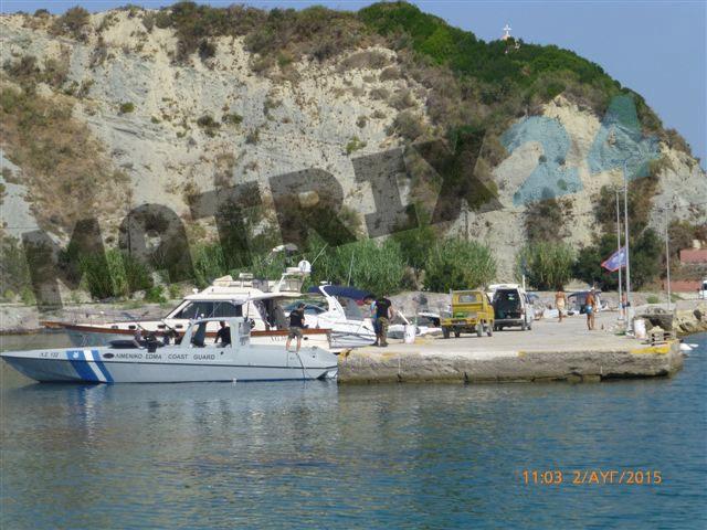 Το οπλισμένος σκάφος του λιμενικού βρίσκεται στην άλλη πλευρά της παραλίας σε απόσταση από το ξενοδοχείο