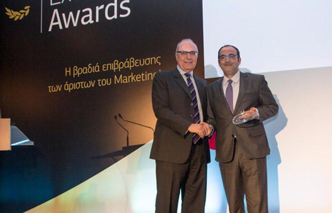 (από δεξιά) O Διευθυντής Retail Marketing Ομίλου ΟΤΕ, κ. Αλέξανδρος Ντάβος, παραλαμβάνει το βραβείο.