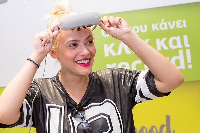 H Λάουρα Νάργες με την VR μάσκα της LG