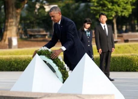 Obama lays a wreath at a cenotaph at Hiroshima Peace Memorial Park