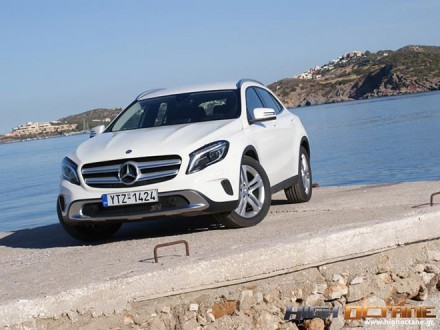 Mercedes-Benz_GLA250_Driven-2016-(15)_Top