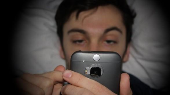smartphones-bed