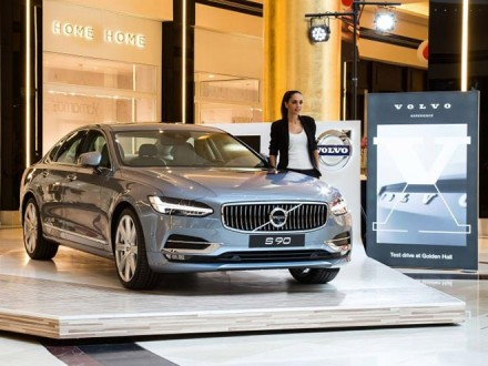 volvo_S90_goldenHall_Top